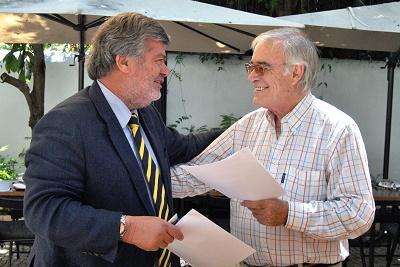 João Almeida Lopes e Mário Zambujal, presidentes, respectivamente, da Apifarma e do Clube de Jornalistas assinaram o protocolo entre as duas entidades