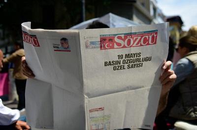A justiça turca prendeu dois jornalistas deste jornal da oposição, que saiu com a primeira página em branco, num gesto simbólico de protesto